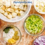 """在土豆沙拉中使用的成分的俯视图,文本叠加写着""""最好的土豆沙拉。"""""""