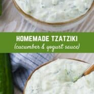 """奶油酸奶酱用勺子一碗插入,用覆盖,上面写着""""自制tzatziki,(黄瓜和酸奶酱)"""""""