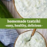 """奶油酸奶酱用勺子一碗插入,用覆盖,上面写着""""自制tzatziki,方便,健康和美味!"""""""