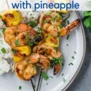 """虾菠萝串烧。文本叠加上写着""""烤虾和菠萝串烧""""。"""