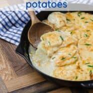 在一个木制的背景平底锅烤土豆。文本覆盖与配方标题。