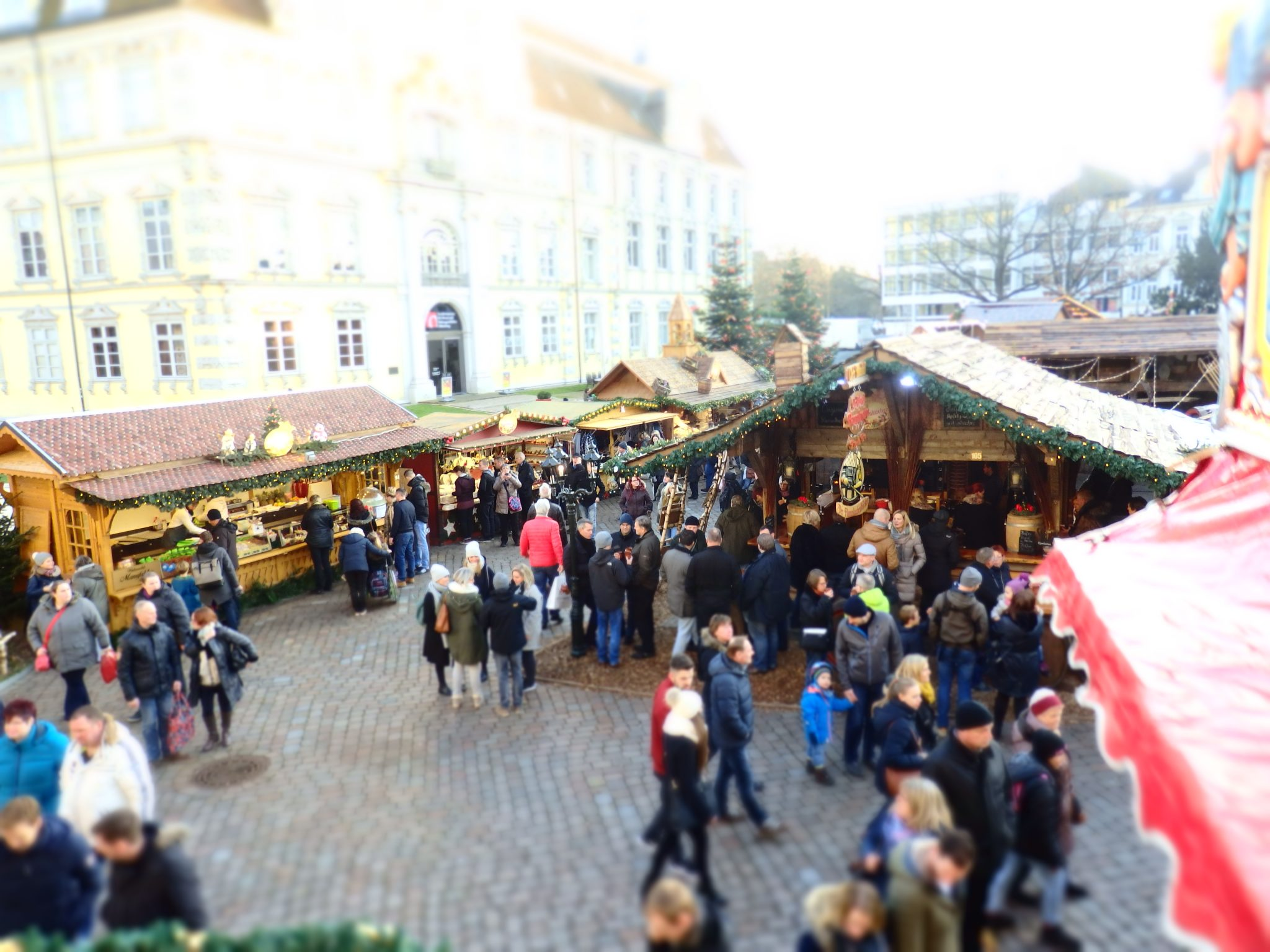 A few of the market stalls with the Oldenburger castle as backdrop. Notice the people drinking glüwein in the foreground.