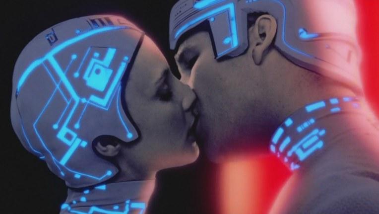 tron-helmet-kiss