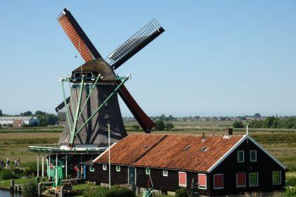 e Zoeker windmill as seen from Het Jonge Schaap windmill in Zaanse Schans
