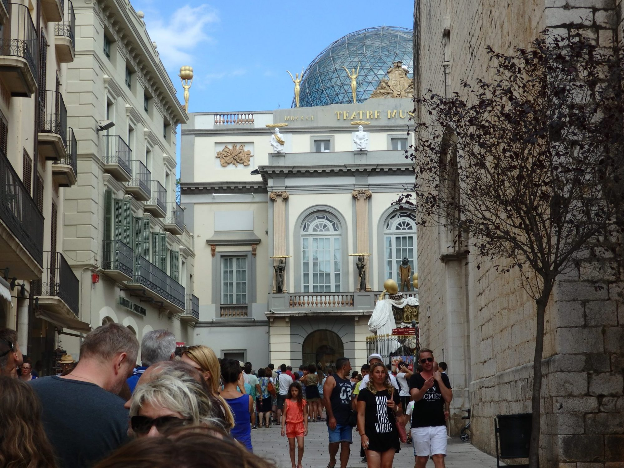some of the line for the Dalí Theatre-Museum in Figueres. You can see the museum straight ahead and the church on the right.