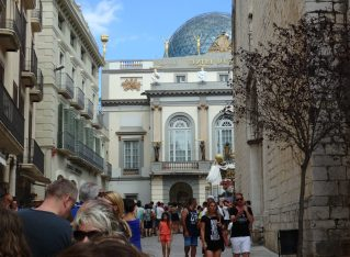 8 Things to Do While Waiting in Line for the Dalí Museum, Figueres
