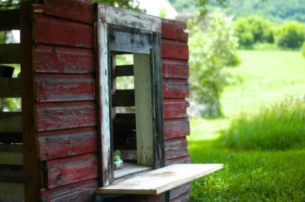 Make an upcycled pallet playhouse   Clean. www.lusaorganics.typepad.com