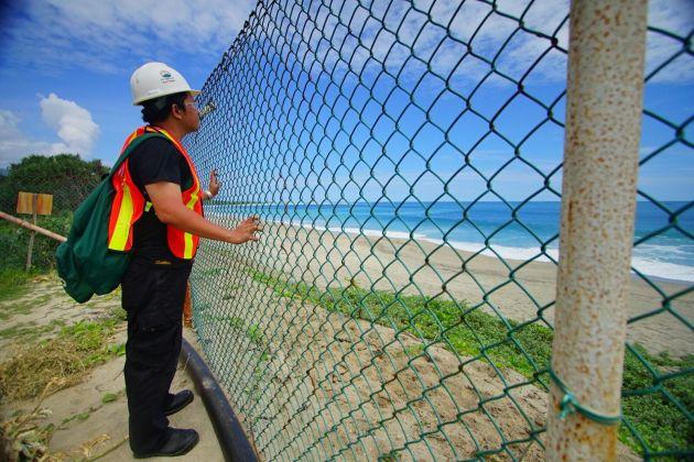 Pengen ke Pantai. pagar besi ini memisahkan saya dengan Pantai. lokasi ada di SWISS , Sea Water Intake System yang memompa air laut untuk mengolah tambang, dan juga merupakan awal dar jalur penempatan tailing (sisa hasil tambang tidak bernilai ekonomis) ke Teluk Senunu