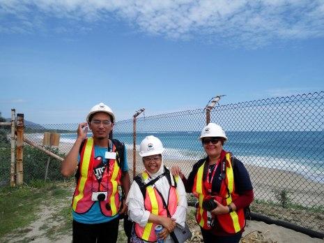 rekan-rekan seperjuangan #newmontbootcamp di Pantai SWISS, Mas Iqbal, Bunda Intan dan Ibu Evi