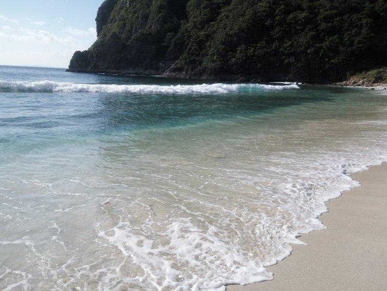 Pantai Lawar yang bersih dan indah , ada sedikit sampah, tapi tidak begitu banyak