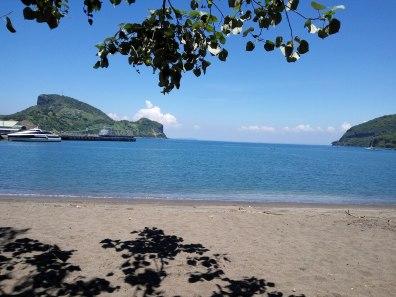 pemandangan ke pelabuhan Benete dari pantai Benete. bersih #newmontbootcamp