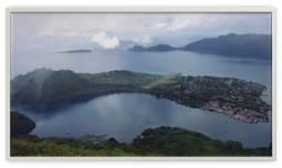 Pulau Banda Neira dilihat dari atas Gunung Api, terlihat pemukiman dan lapangan lepas landas.