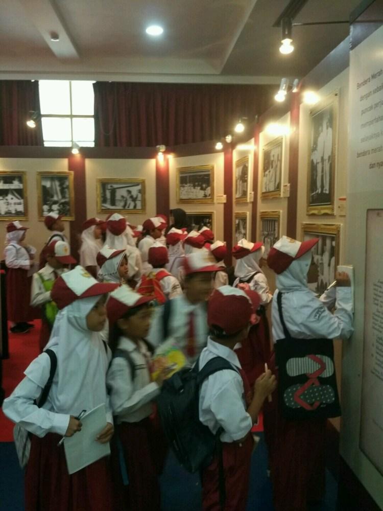 Murid-murid Sekolah Dasar sedang mengunjugi pameran Sang Merah Putih: Sejarah dan Maknanya.