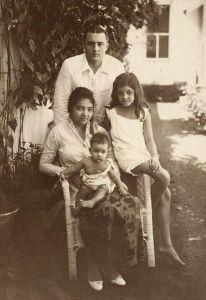 Foto keluarga Belanda. Sang ibu menggunakan batik Belanda. Sumber: pinterest