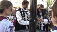 Kráľ Leopold pri ochutnávke frankovky pri Vtáčej fontáne.