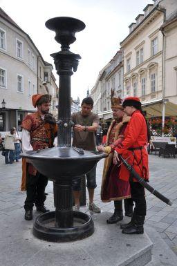Poslednú skúška Vtáčej fontány, z ktorej tiekla račianska frankovka, absolvuje Jozef Mórik z Račianskeho spolku.