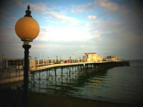 Worthing Pleasure Pier. Image: Earldelawarr.