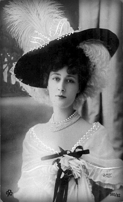 black and white bust shot of Victorian Era Cabaret star Liane de Pougy, in Feathered Victorian Hat 1886. Image: Wikipedia.
