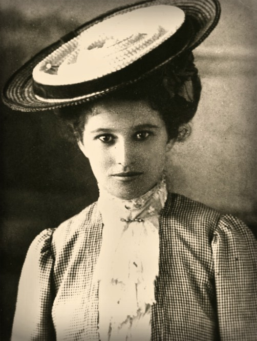 photo of bust of young Woman In Cartwheel Hat 1900-10. Image: wikipedia.