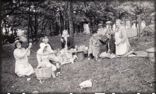 Cemetery Picnic Photo, c. late 1800s. Image: Library of Congress.