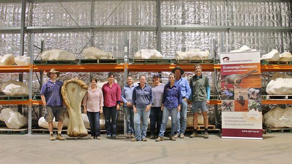 2015-dinosaur-dig-team-at-the-eromanganhm-stage-one-facility-credit-rochelle-lawrence-enhm