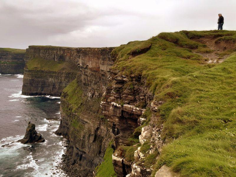 Marcheurs, falaises de Moher, comté de Clare, Irlande