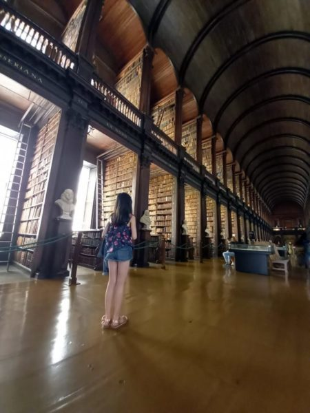 Ma fille dans la bibliothèque de Trinity College Dublin