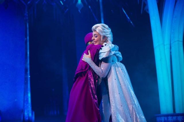 IMG_4714 copyDisneyland Paris La Reine des Neiges Une Invitation Musicale show Anna & Elsa