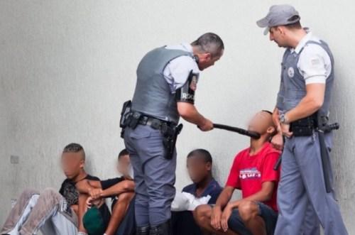 Policiais reprimem rolezinho