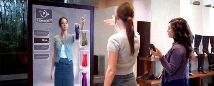 mulher interage com espelho para experimentar roupa. o futuro da jornada de compras