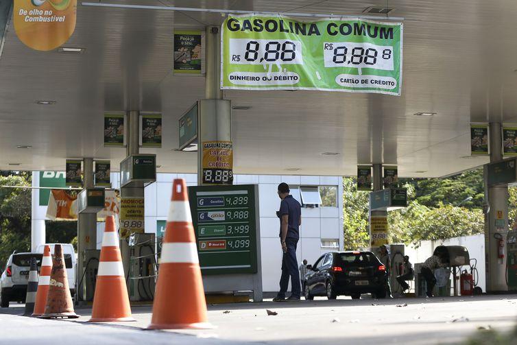 O Conselho Administrativo de Defesa Econômica sugere a redução de preços dos combustíveis com o fim da função dos frentistas - foto: Agência Brasil