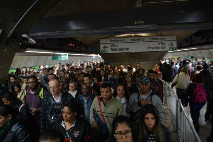 Segundo a projeção do IBGE, o crescimento populacional foi de 0,82% de 2017 para 2018 - Rovena Rosa/Agência Brasil