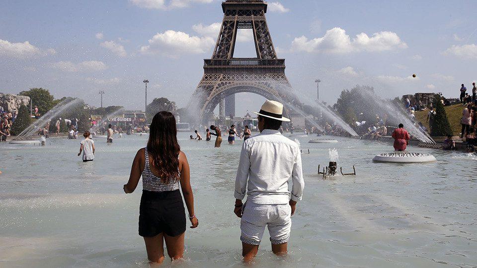 As cidades estão se preparando para enfrentar as elevadas temperaturas. Paris e Lyon restringiram o trânsito, numa tentativa de reduzir os efeitos da poluição.