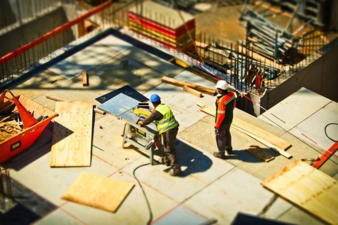 operários trabalham em obra de prédio Foto: Pixabay