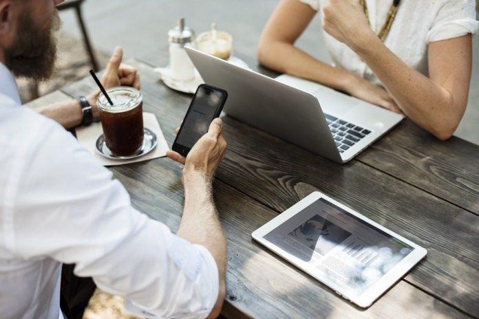 Foto de duas pessoas conversando e usando computadores - foto: Pixabay