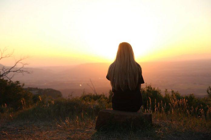 woman looking at sunset Conversas sobre o futuro: reflexões sobre até que ponto vale a pena pensar sobre o futuro