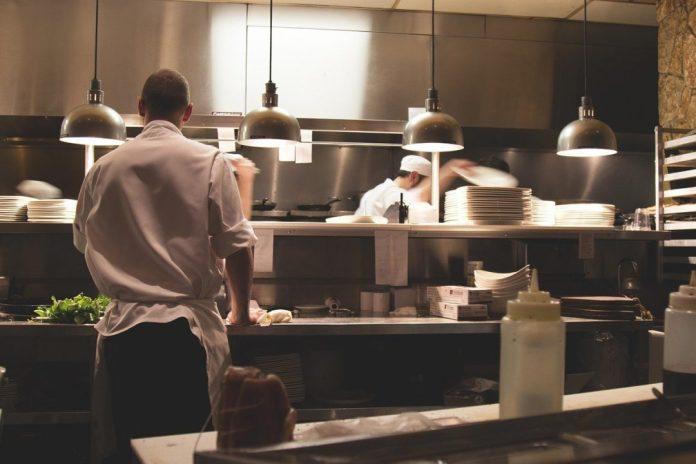 food service - foto de uma cozinha de restaurante com três cozinheiros em atividade  foto: pixabay