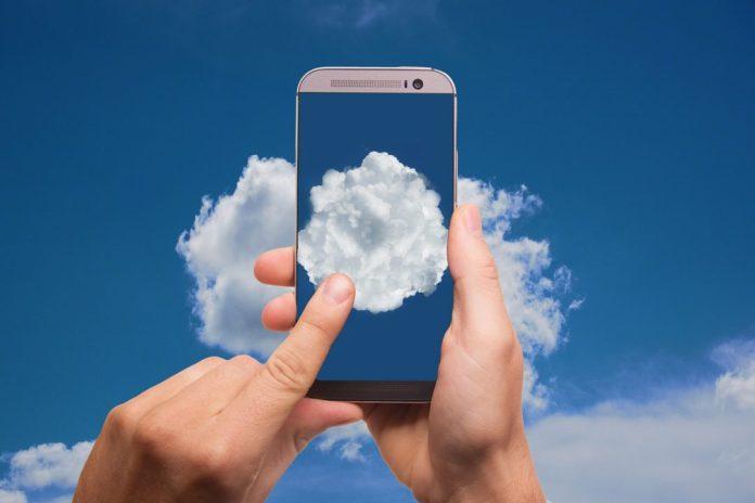 ilustração de pessoa digitando num celular que simula uma tela de nuvem Imagem de Gerd Altmann por Pixabay   A procura por telefonia em nuvem aumentou durante a pandemia, e o teletrabalho não é o único motivo pelo sucesso da tecnologia
