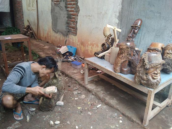 Pengrajin Akar Bambu