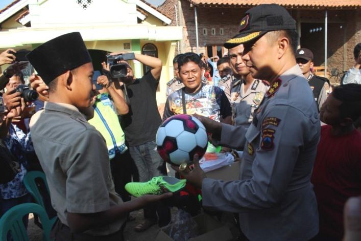Sambangi Rumah Rizal, Kapolres Hadiahkan Perlengkapan Olahraga dan Sekolah