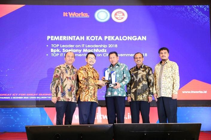 Walikota Terima Penghargaan Dua Kategori Sekaligus