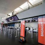 Jovem surta em aeroporto, quebra monitor de voos, destrói produtos de loja e invade área restrita