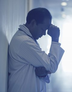 Médico estressado no plantão