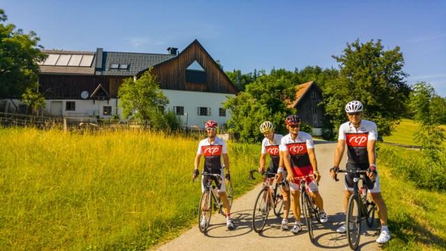 Rennradfahrer vor der Wanderrast Hochschlag.