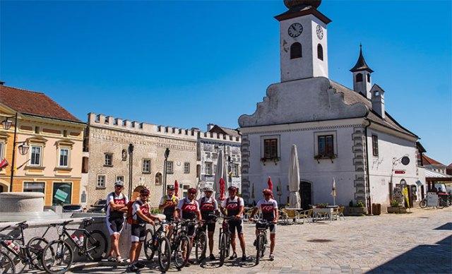 Mountainbike-Gruppe am Stadtplatz von Gmünd.