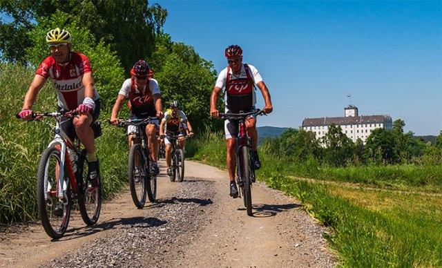 Mountainbiker mit dem Schloss Weitra im Hintergrund.