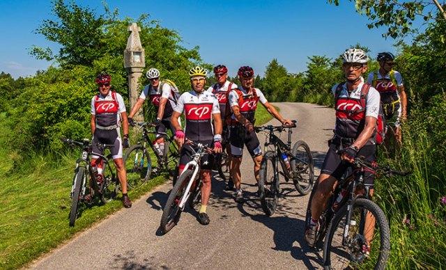 Gruppe von Mountainbikern am Granittrail.