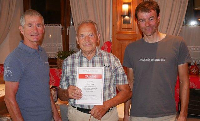 Karl Kendler und Gerhard Trimmel ehren Alois Lick für seine Verdienst für den Radclub.