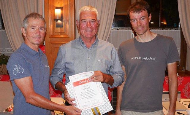 Karl Kendler und Gerhard Trimmel ehren Toni Karner für seine Verdienst für den Radclub.
