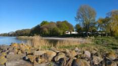 Blick zum Campingplatz. Da irgendwo zwischen den Bäumen steht das Zelt.